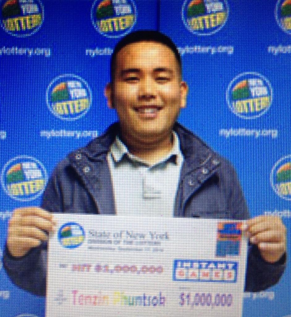 बिजयी मुस्कानमा चिट्ठा बिजेता तेन्जिंग फुन्तसोक    तस्विर साभार: न्युयोर्क लोटरी