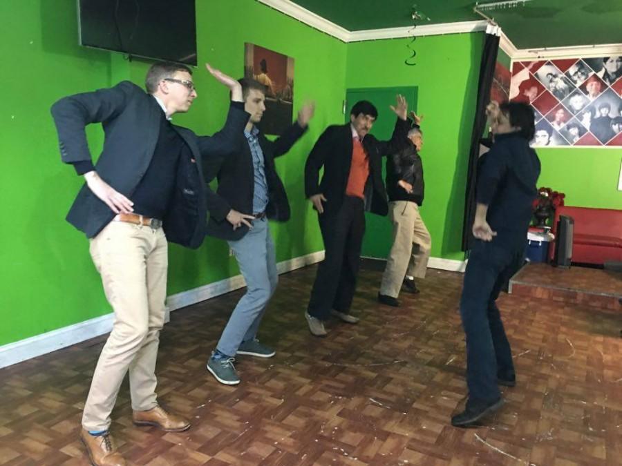 बसन्त डान्स सेन्टर न्युयोर्कमा नृत्य अभ्यास गर्दै